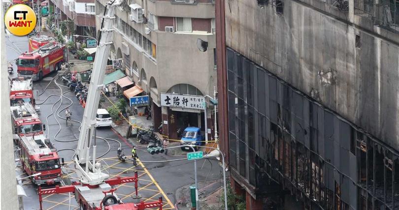火警發生前曾傳出有情侶爭吵,警方於是通知一樓寄住的郭姓住戶釐清。(圖/宋岱融攝影)