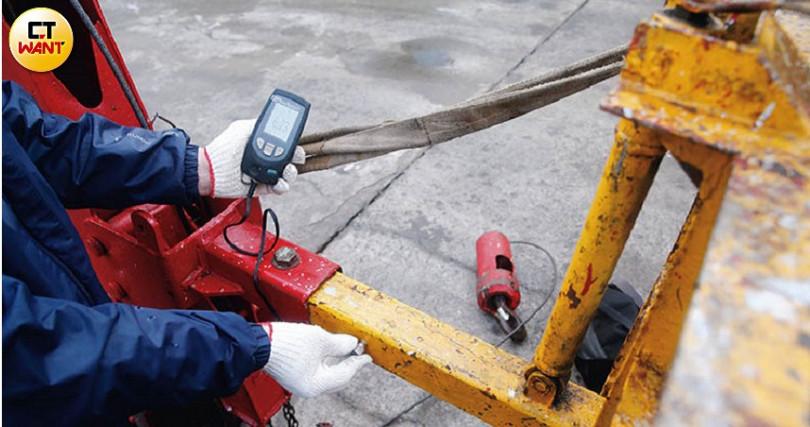 丈量吊籃時,須由專業技師計算各種剪力、應力數值,查驗是否能安全載人作業。(圖/黃耀徵攝)