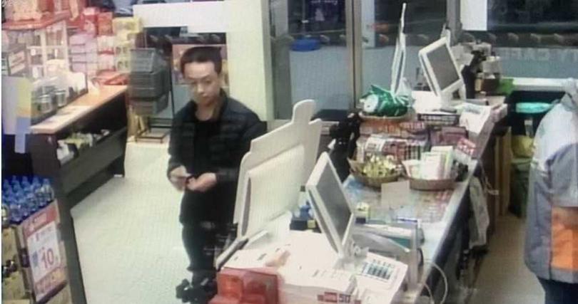 警方公布林男出沒於便利商店的影像,盼民眾留意,若有發現林男蹤跡,請與警方聯繫。萬華分局提供