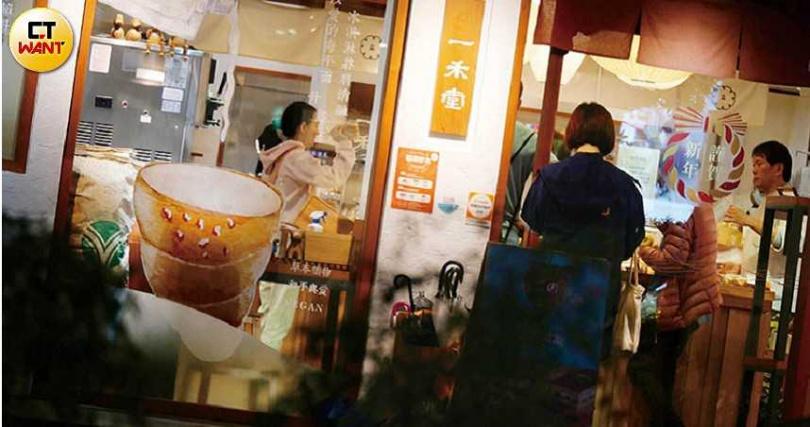 小倆口到麵包店採買,不忘詢問彼此意見,但才晚間8點多,曾寶儀竟打起呵欠來。(圖/本刊攝影組)