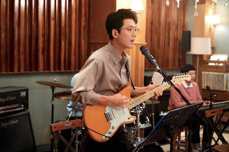 經過半年練習後,現在鄭敬淏彈吉他已有模有樣。(圖/Netflix提供)