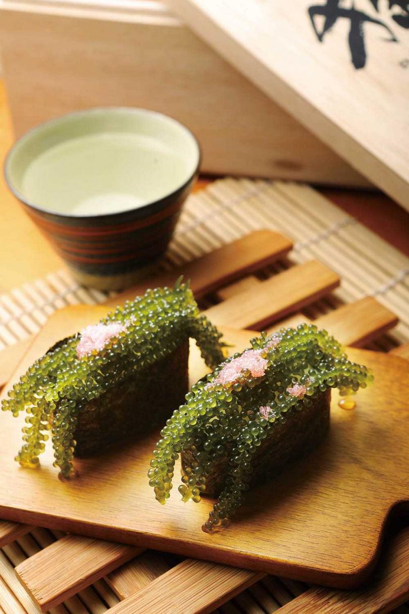 「海葡萄握壽司」入口後,海水的鹹與海葡萄的甘甜一同在口中迸發,讓人不禁大呼「幸せ」(幸福)!(80元/貫)(圖/施岳呈攝)