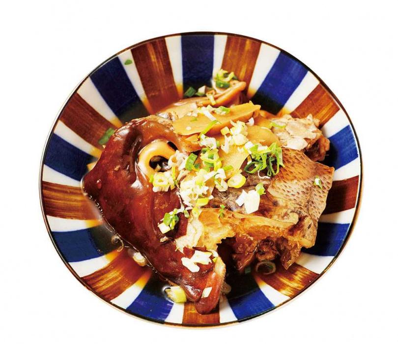 從做法到調味都遵循前人的「荒燒魚頭」,看起來醬色很深,其實不會很鹹,還能嘗到魚肉的清甜。(280元,限量)(圖/施岳呈攝)