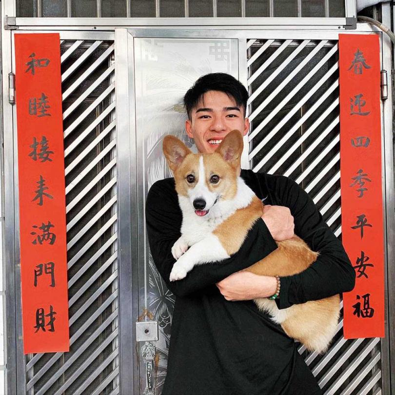 寵狗的陳昊森表示,以前讀書時一度和短短分開,導致牠現在有點沒安全感,所以會盡可能地讓牠開心。(圖/翻攝自陳昊森臉書)
