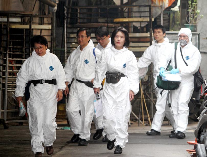 檢警前往陳佳富住家的化糞池開挖。