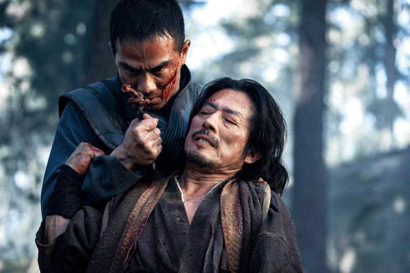 喬塔斯利姆扮演的「絕對零度」,和真田廣之飾演的「魔蠍」有精采對手戲。(圖/華納兄弟提供)