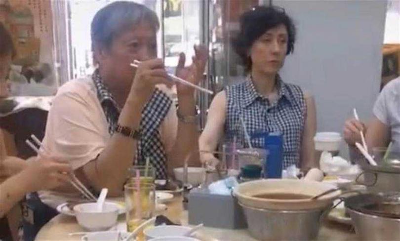洪金寶與妻子春節赴泰國旅行,身材瘦了不少。(圖/微博)