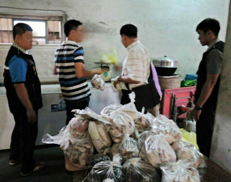 檢警搜索沈永選牧場倉庫,發現過期食品已被分裝完畢。(圖/報系資料照)
