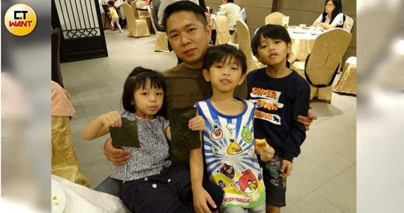 儘管梁淯傑工作忙碌,還是會撥空陪伴孩子成長。(圖/讀者提供)