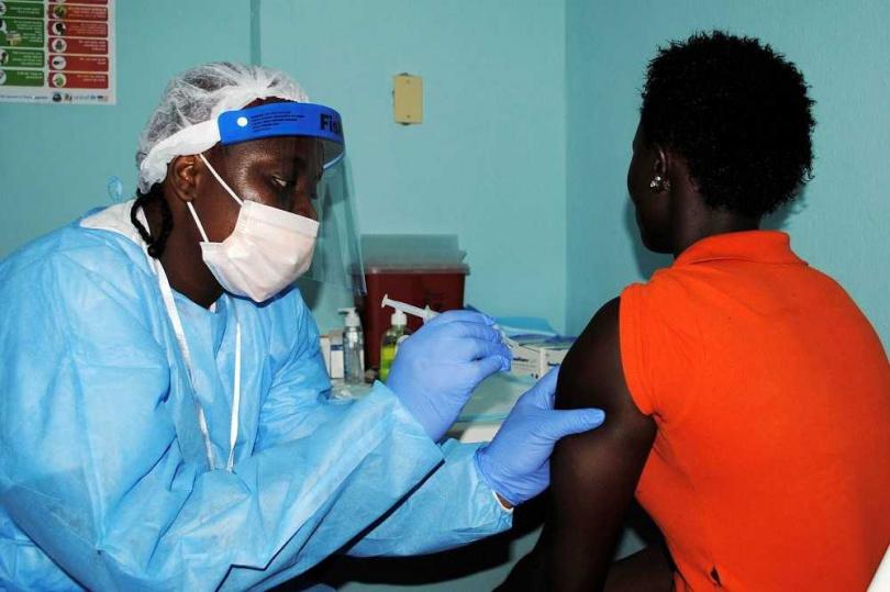 一名女性施打伊波拉試驗疫苗。(圖/路透社)