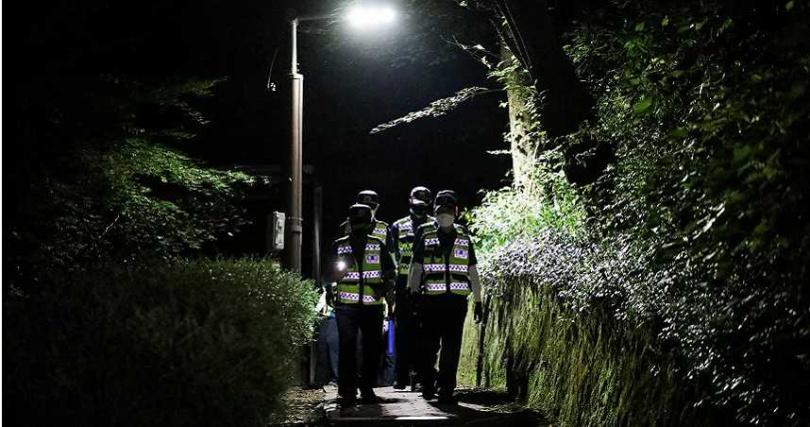 在尋獲朴元淳遺體附近地區,警方發動大規模搜索找尋相關證物。(圖/達志影像路透社)