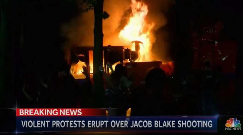 基諾沙市爆發嚴重抗議行動,有示威者開始縱火、向警方丟擲磚塊。(圖/NBC News)