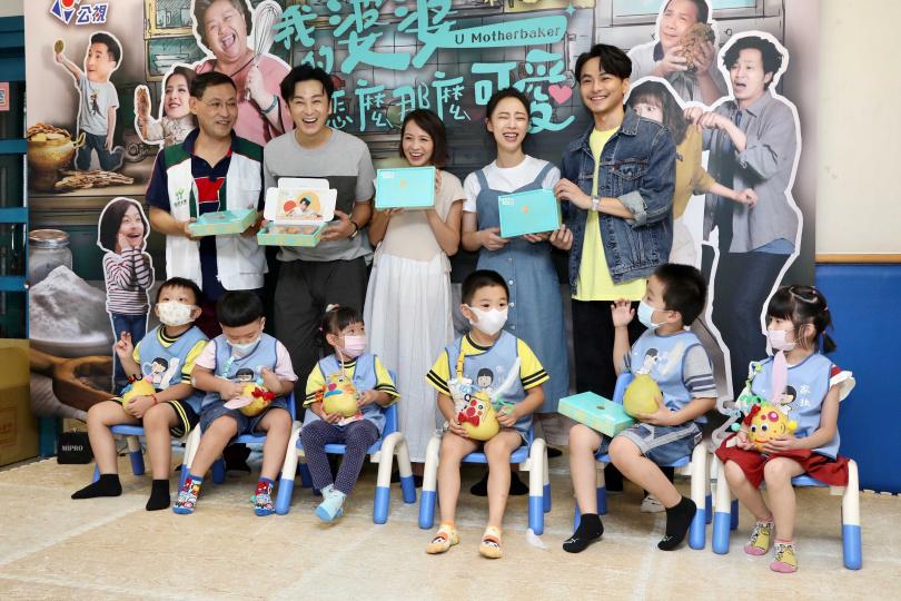 四位演員陪孩子玩柚子DIY,有小男孩伸手摸中楊銘威的重要部位。(圖/彭子桓攝)