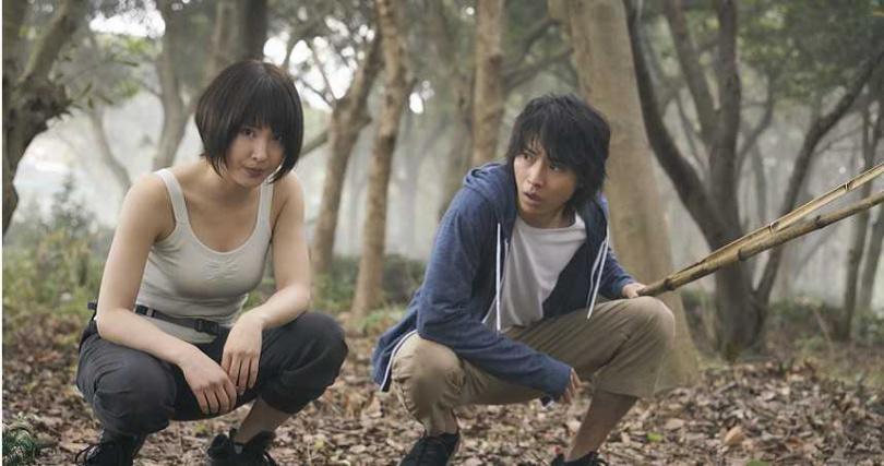 運動神經發達的土屋太鳳(左),詮釋起登山家格外真實。(圖/Netflix提供 )