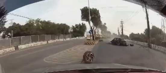 黑車自撞後,輪胎噴飛滾落,過程被後方車行車紀錄器拍下。(圖/翻攝臉書「八卦村」社團)
