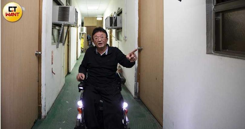 即便身障也該有尊嚴,因此宗哥替街賣朋友佈置的「家」,從廁所到房間、曬衣間等,每個小細節都設計得很貼心。(圖/黃威彬攝)