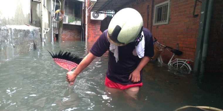 水淹女子大腿處。圖為內湖區東湖路58巷積淹水照。(圖/台北市政府水利處提供)
