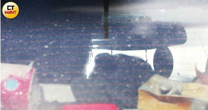 行車間凱莉一時情不自禁,親吻了比利,看來兩人正打得火熱。(圖/本刊攝影組)