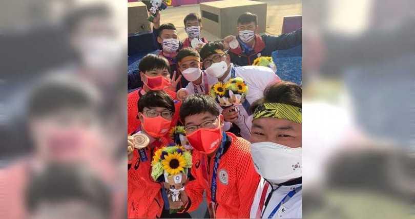 吳真爀邀請中華隊、日本隊一起自拍,成為本屆東奧經典畫面之一。(圖/翻攝自World Archery Asia臉書)