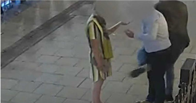 英國一名扒手使用「唱歌跳舞」方式分散路人注意力後行竊。(圖/翻攝自 West Midlands Police Youtube頻道)