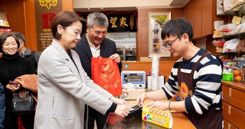 台北市黃珊珊副市長在年貨大街店家體驗以悠遊卡消費。