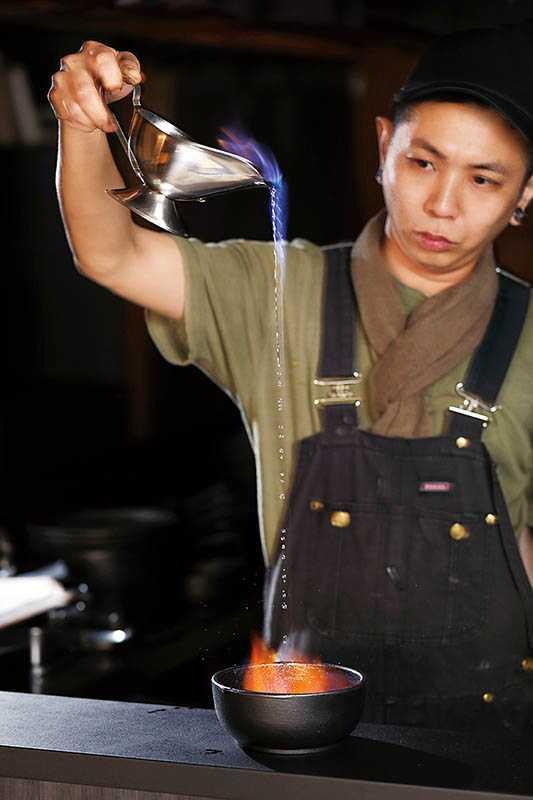 甜點「義式蛋白霜」淋上橙酒加以火烤,打造驚人的視覺效果。(圖/于魯光)