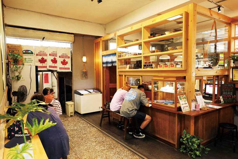 「飛魚食染冬山店」大量採用木製櫥櫃,重現兒時回憶。(圖/于魯光攝)