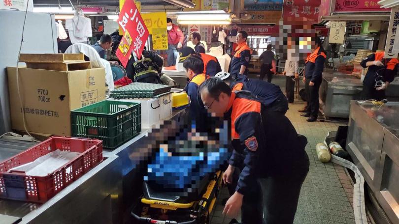 消防特搜人員將昏迷在下水道的傷者救出緊急送醫。(圖/讀者提供)