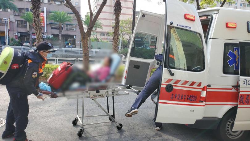 意識清楚的陳姓女包商被救護車送醫治療。(圖/讀者提供)