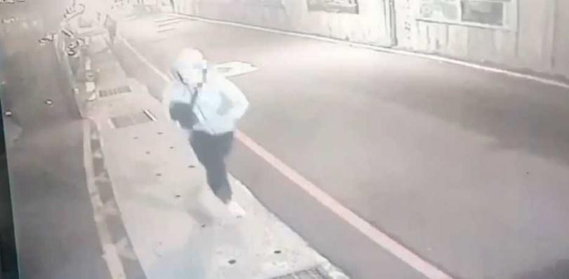 嫌犯行兇後徒步逃逸,警方現正調閱監視器追人中。(圖/翻攝畫面)
