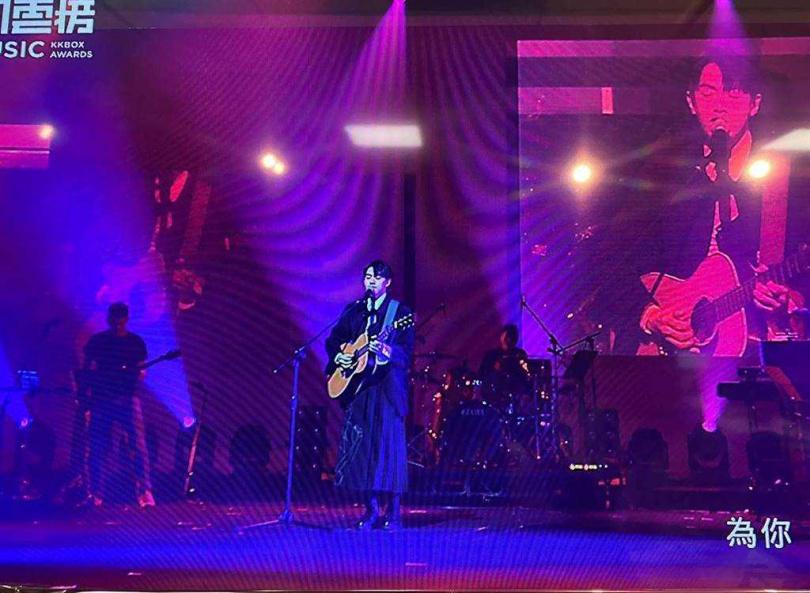 李友廷在KKBOX風雲榜頒獎典禮自彈自唱新歌。(圖/許雅淳攝)