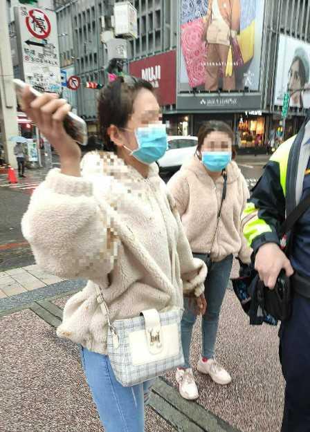 越南女子當街遭潑屎。(圖/翻攝自爆怨公社)