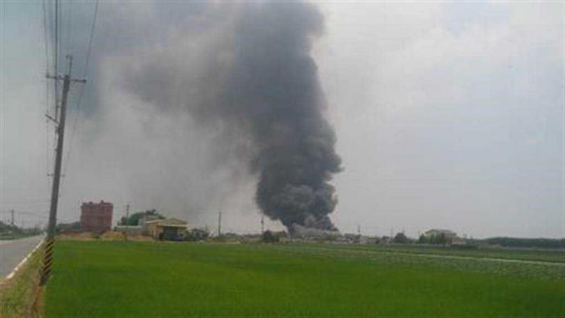 嘉義唯一口罩國家隊,昭惠實業公司位於朴子市德興里工廠11點36分通報傳出火警,現場大量濃煙冒出。(圖∕讀者提供)