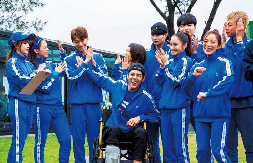 除了凱莉(右2),比利(右3)也曾和藍隊經理孟潔(左1)及隊友王宣(左2)傳過緋聞。(圖/翻攝自全明星運動會臉書)