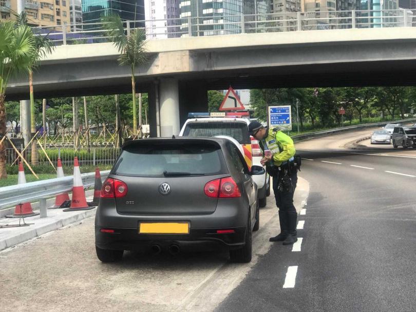 攔查車輛。(圖/翻攝自香港警察臉書)