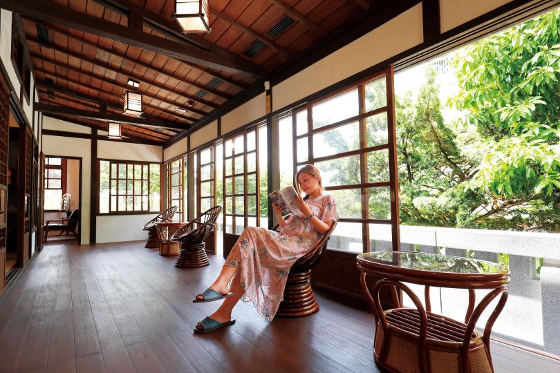 「淡水日本警官宿舍」中,用來休憩賞景的緣側,在空間加大後更顯舒適。(圖/于魯光攝)