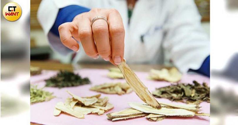 黃耆具有縮小皮膚毛孔的效果,在伊能靜的私房補氣湯中不可或缺。(圖/鄭清元攝)