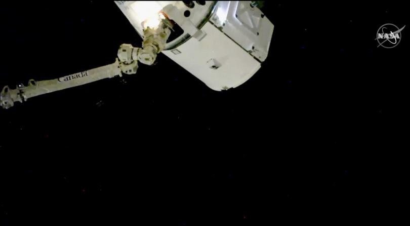 飛龍號太空船12日已從國際太空站ISS將釀造1年的瓶裝葡萄酒送返地球。(圖/達志/美聯社)