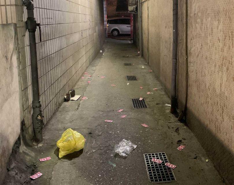 北市萬華分局掃蕩應召站業者,負責人見警察上門,竟將庫存保險套撒在後巷。(圖/警方提供)