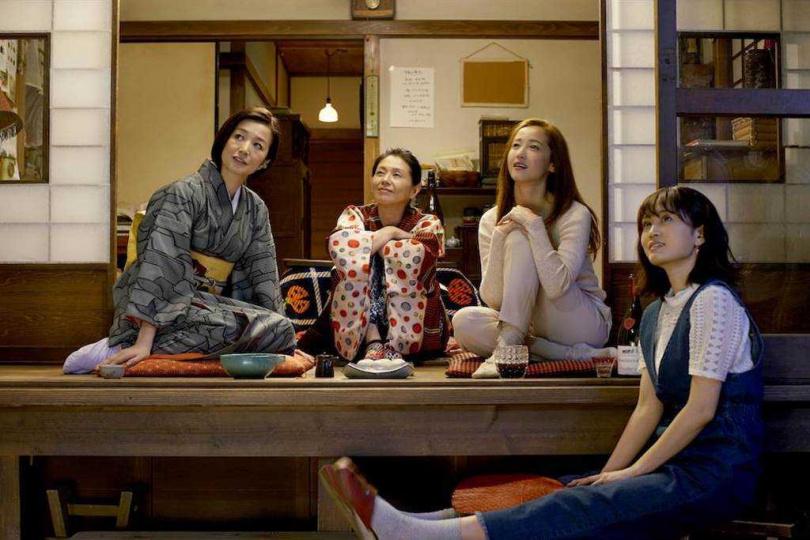 小泉今日子(中)是1980年代的玉女明星,曾與男星永瀨正敏有過婚姻。(CatchPlay提供)