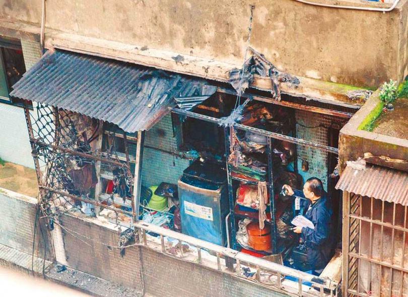 湯景華縱火後,翁家的透天厝被燒成廢墟,警方鑑識人員到場採證。(圖/報系資料庫)
