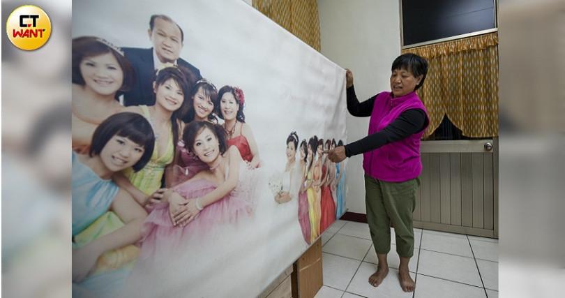 翻車罹難者中,有兩位老師,其中李詩涵母親,拿出當時全家福照片感嘆的說:「照片中永遠缺1個人了。(圖/宋岱融攝)