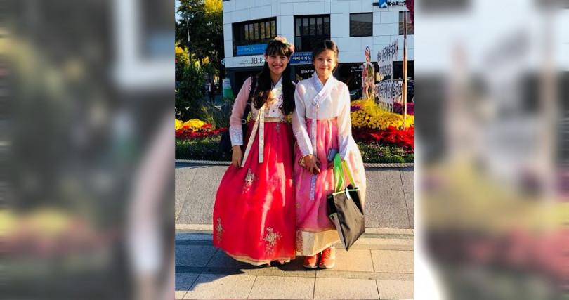 這是普悠瑪翻車罹難者中,卑南國中李詩涵與學生翁曼文,赴韓國學術交流時拍的照片,竟成了最後身影。(圖/家屬提供)