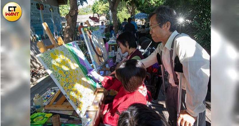 拄著拐杖,蔡啟海一個一個指導學生畫畫,退休後成立「畫話協會」,教孩子們用畫畫出自己不一樣的未來。(圖/黃耀徵攝影)
