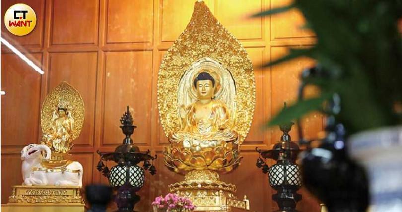 大雄寶殿內供奉當年從日本運來的佛像,寺內僧人每日在此做早晚課。(圖/張文玠攝)