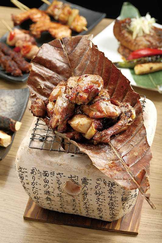 「稻草燒雞腿」選用鮮甜軟嫩的御鳳雞,加上稻草香氣的口感更加迷人。(380元)(圖/于魯光)