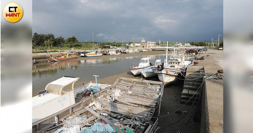 新竹海山漁港淤積嚴重,未漲潮時無法出海。