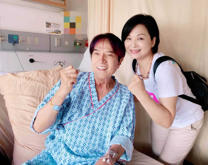 抗癌成功後,林沖因主動脈瘤、胃潰瘍等問題再度住院休養,他仍努力保持樂觀。(右:楊貴媚)(圖/翻攝自林沖臉書)
