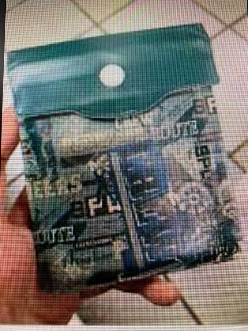 黃男販售的錢包看起來平凡無奇,1個卻要價300元,令人咋舌。(圖/翻攝畫面)