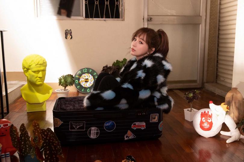 王心凌在MV中要把自己塞進行李箱裡,因為鞋子很厚重數度卡住塞不進去,更何況還要顧及表情,非常辛苦。(圖/環球音樂提供)